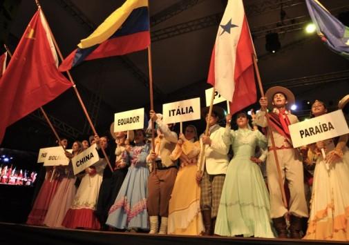 Olhos no palco, o Festival começou!