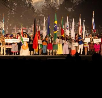 Em nome da paz mundial, começa o XII Festival Internacional de Folclore!